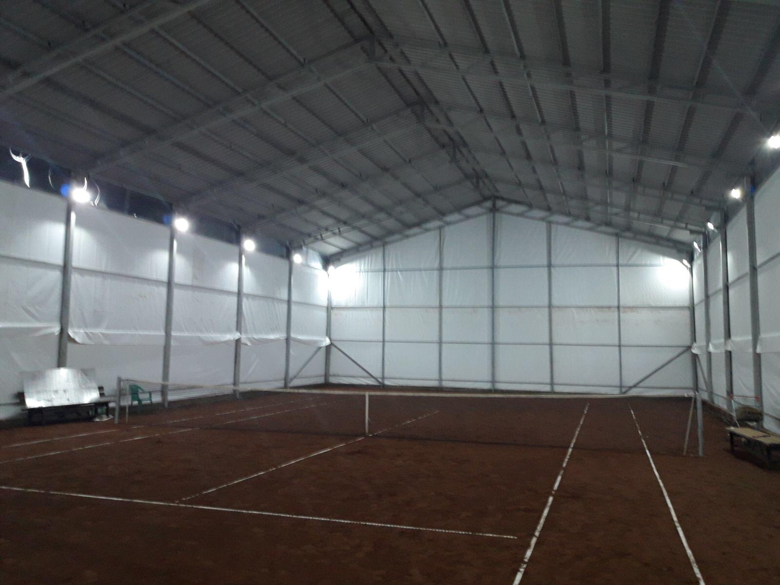 Acoperire teren tenis cu prelata